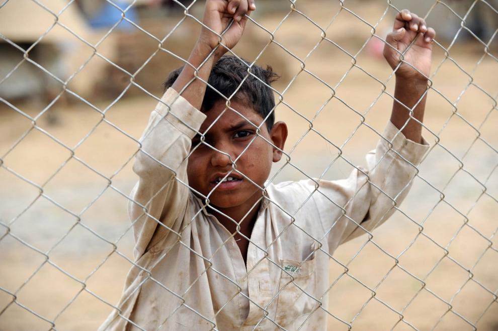1. PAKISTAN, SWABI : Pakistański chłopiec, który znalazł się w obozie dla uchodźców z powodu działań wojennych prowadzonych w jego ojczystych stronach, czeka na dostawę żywności. (AFP PHOTO/Farooq NAEEM )