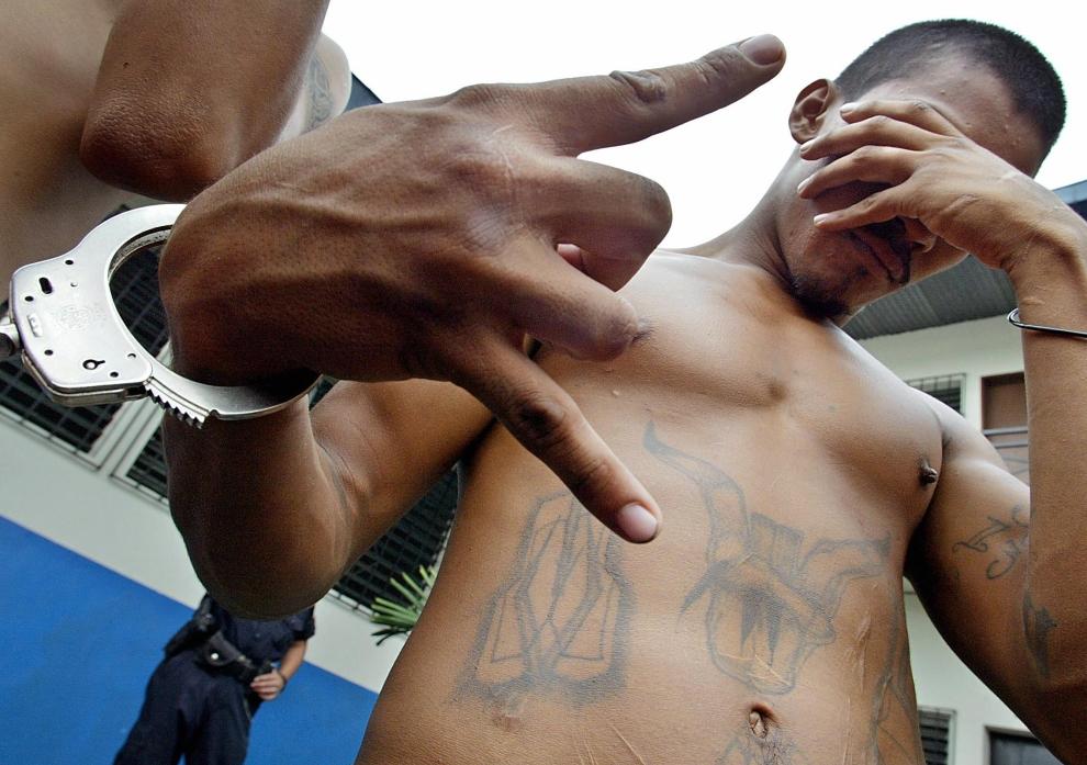 """11. SALWADOR: Czlonek """"Mara Salvatrucha"""" zatrzymany za nielegalne posiadanie broni, udział w napadach i licznych morderstwach. AFP PHOTO Roberto ESCOBAR"""