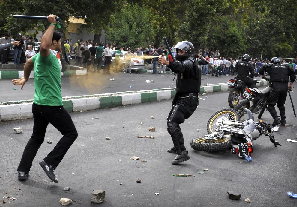 11. IRAN, Teheran, 13 czerwca 2009: Policjant używa gazu łzawiącego podczas tłumienia zamieszek. AFP PHOTO/OLIVIER LABAN-MATTEI