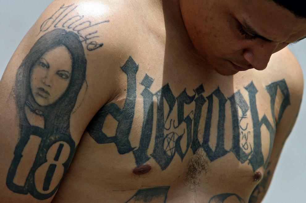 """12. SALWADOR: Członek """"Mara 18"""" aresztowany za wymuszenia i rozboje. AFP PHOTO / Yuri CORTEZ"""