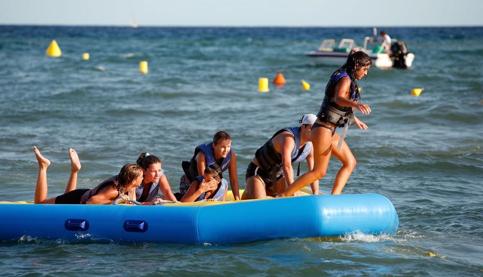 12. LLORET DE MAR, HISZPANIA - SIERPIEŃ: Przejażdżka na dmuchanym pontonie. (Foto: Cate Gillon/Getty Images)