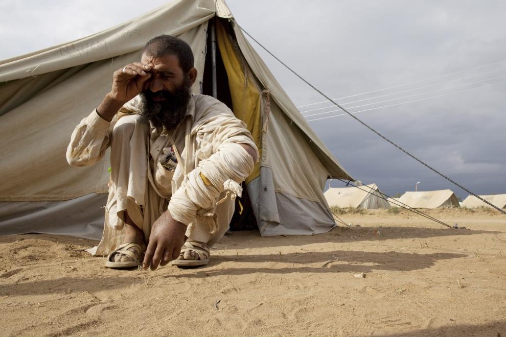 11. PAKISTAN, SWABI: Czterdziestoletni Haista siedzi przed namiotem w obozie. Ranny w rękę po tym, jak dostał się w krzyżowy ogień oddziałów Pakistańskich i Talibów. (Foto: Paula Bronstein /Getty Images)
