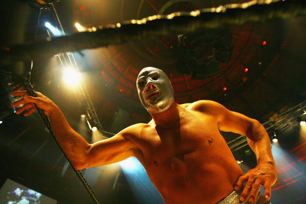 12. LONDYN, ANGLIA: Luchador wspiera się na linach ringu przed rozpoczęciem walki. (Foto: Daniel Berehulak/Getty Images)