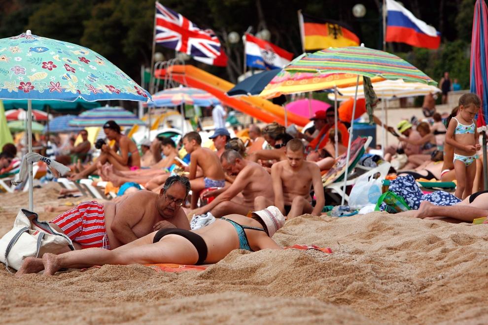 13. LLORET DE MAR, HISZPANIA - SIERPIEŃ: Turyści z wielu zakątków Europy odpoczywają na plaży. (Foto: Cate Gillon/Getty Images)