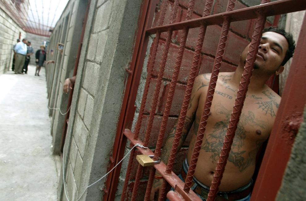 14. HONDURAS: Aresztowany, dosiadujący wyrok w zakładzie karnym w Tamara. AFP PHOTO / Elmer MARTINEZ