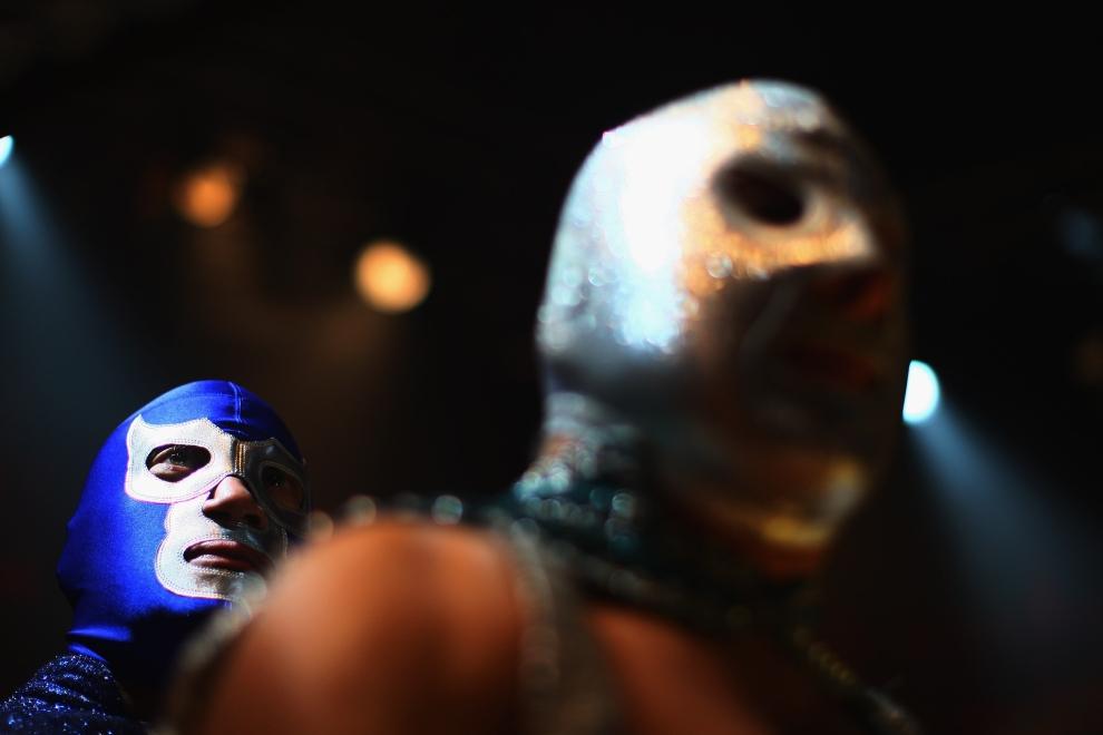 13. LONDYN, ANGLIA: Na chwilę przed rozpoczęciem pojedynku, na ringu spotykają się obaj przeciwnicy. (Foto: Daniel Berehulak/Getty Images)