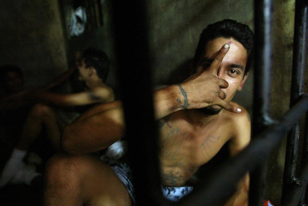 """15. SALWADOR: Członek """"Mara Salvatrucha"""" aresztowny podczas policyjnej operacji """"Strong Hand"""" (and. Silna ręka). AFP PHOTO Roberto ESCOBAR"""