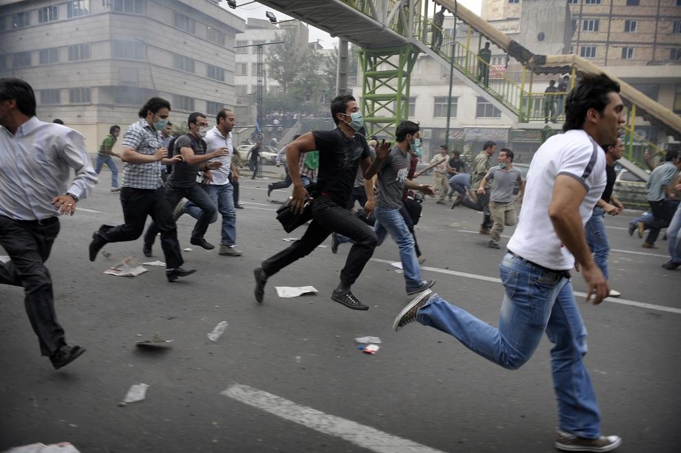 15. IRAN, Teheran, 13 czerwca 2009: Protestujący biegną w trakcie ulicznych rozruchów. AFP PHOTO/OLIVIER LABAN-MATTEI