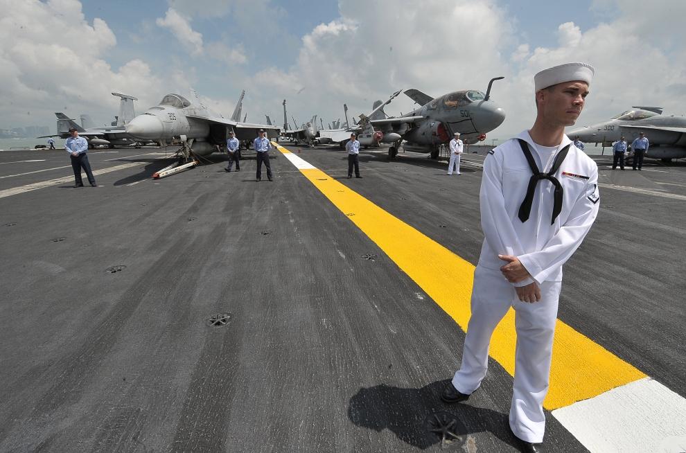 15. LOTNISKOWIEC USS RONALD REGAN, HONG KONG: Załoga USS Ronald Reagan podczas służby. AFP PHOTO/MIKE CLARKE