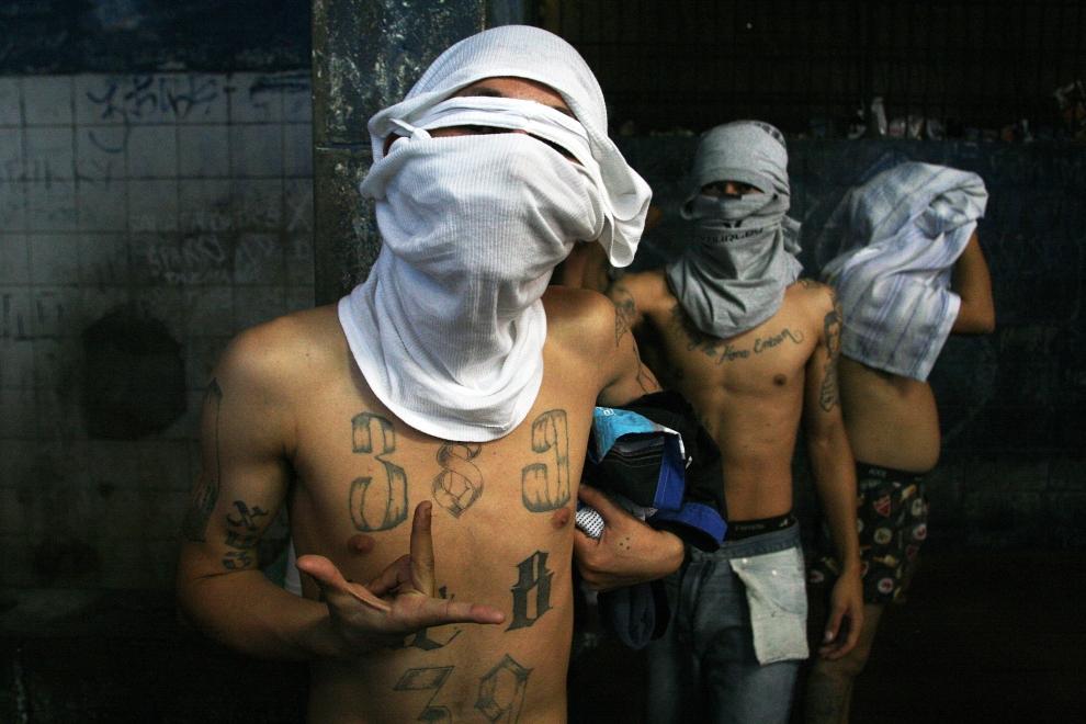"""16. SALWADOR: Członkowie """"Mara 18"""" w celi więziennej. AFP PHOTO/Jose CABEZAS"""