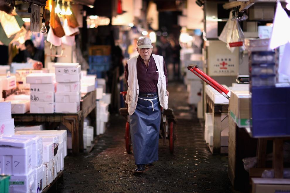 14. TOKIO - TARG RYBNY TSUKIJI: Pracownik targu ciągnie swój wózek wąskimi alejkami między straganami.  (Foto: Chris Jackson/Getty Images)