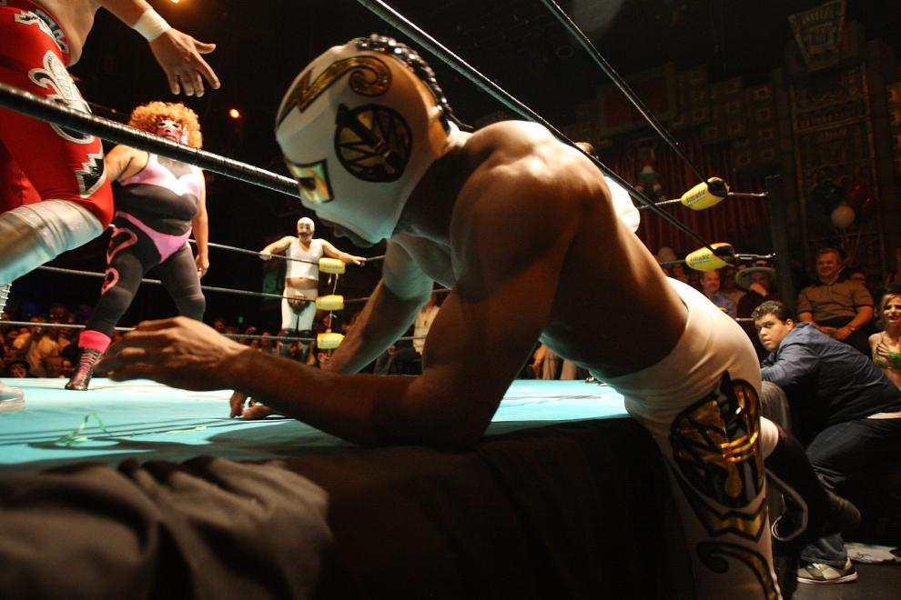 15. LOS ANGELES, USA: Walka toczy się na ringu i poza nim. Luchadores często opuszczają ring aby uniknąć przegranej. (Foto: David McNew/Getty Images)