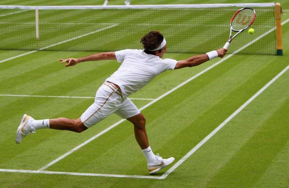 15. LONDYN, WIMBLEDON, ANGLIA: Roger Federer (Szwajcaria) rozgrzewa się przed rozpoczęciem meczu. (Foto: Clive Brunskill/Getty Images)