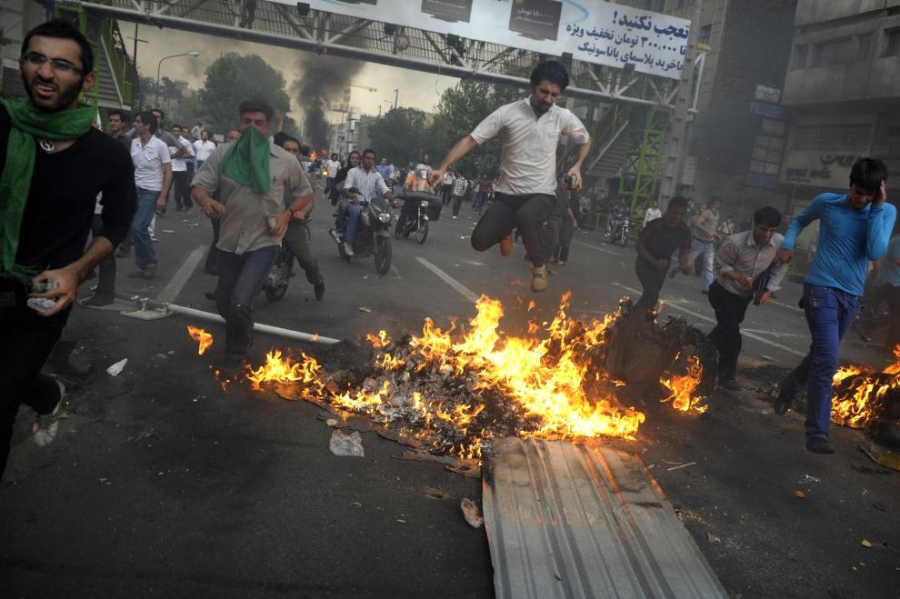 16. IRAN, Teheran, 13 czerwca 2009: Protestujący tłum na ulicach Teheranu. AFP PHOTO/OLIVIER LABAN-MATTEI