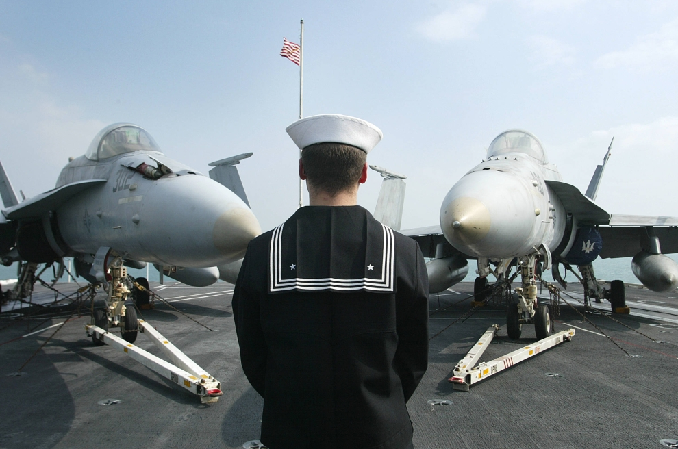16. LOTNISKOWIEC USS ABRAHAM LINCOLN: Członek załogi lotniskowca USS Abraham Lincoln. AFP PHOTO/Samantha SIN