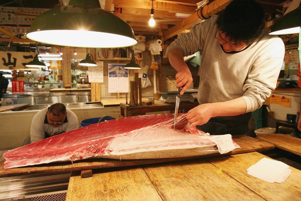 15. TOKIO - TARG RYBNY TSUKIJI: Świeżo przywieziony tuńczyk, porcjowany w trakcie noworocznej aukcji. (Foto: Koichi Kamoshida/Getty Images)