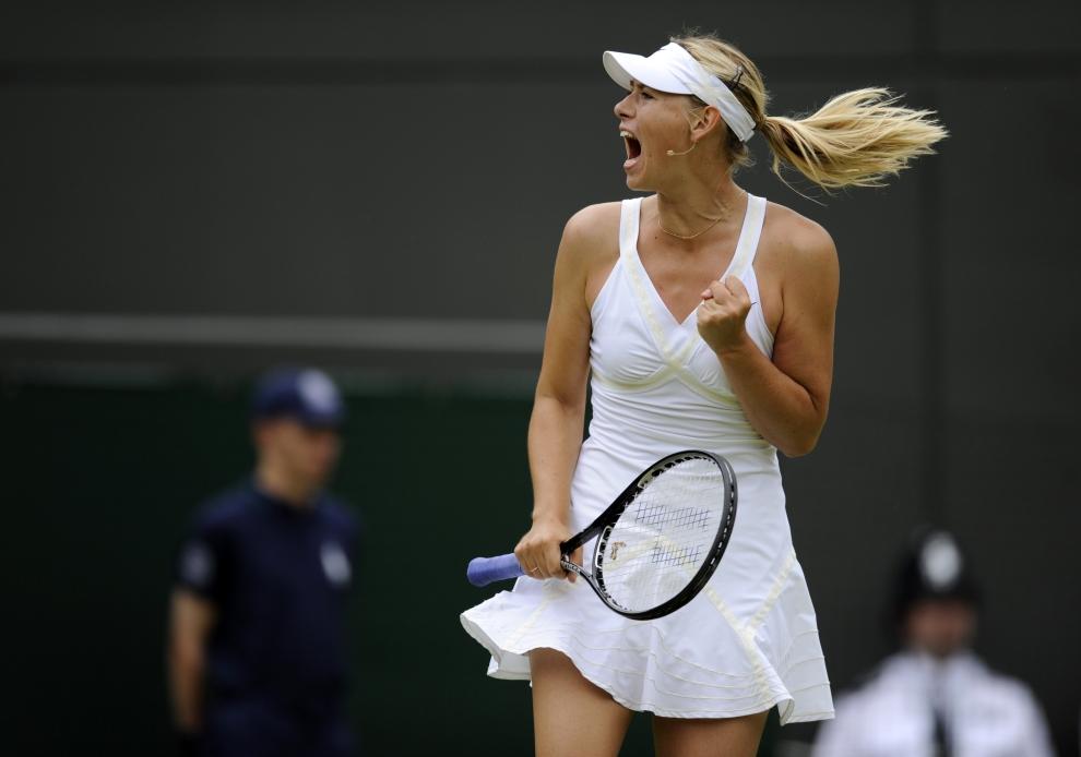 16. LONDYN, WIMBLEDON, ANGLIA: Maria Szarapowa cieszy się ze zdobytego punktu. AFP PHOTO/ADRIAN DENNI