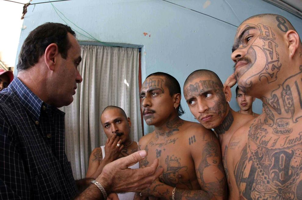 """17. GWATEMALA: Dyrektor zakładu karnego w Mazatenango, Alejandro Giammattei, rozmawia z przywódcą """"Mara 18"""". AFP PHOTO"""