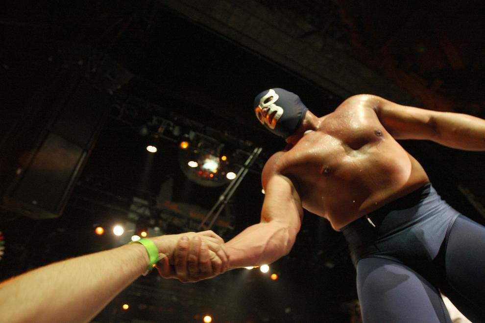 16. LOS ANGELES, USA: Blue Demon, Jr., ściska dłonie fanów podczas swojego występu. Częścią spektaklu jest interakcja z widzami. (Foto: David McNew/Getty Images)