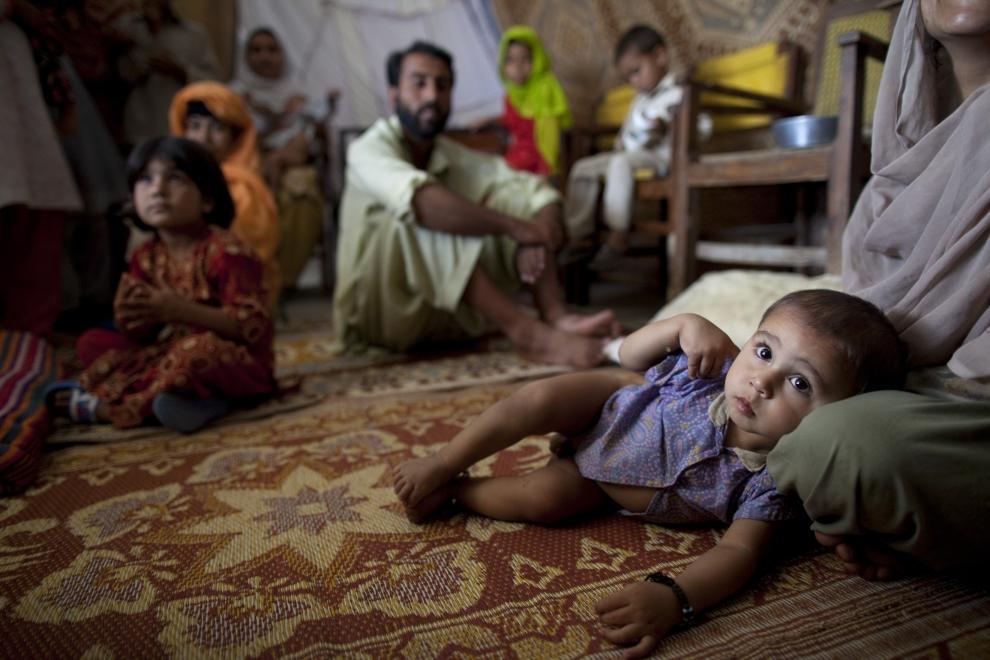 16. PAKISTAN, MARDAN: Pakistańskie rodziny zamieszkujące przekształconą w obóz dla uchodźców szkołę w Mardan. (Foto: Paula Bronstein/Getty Images)