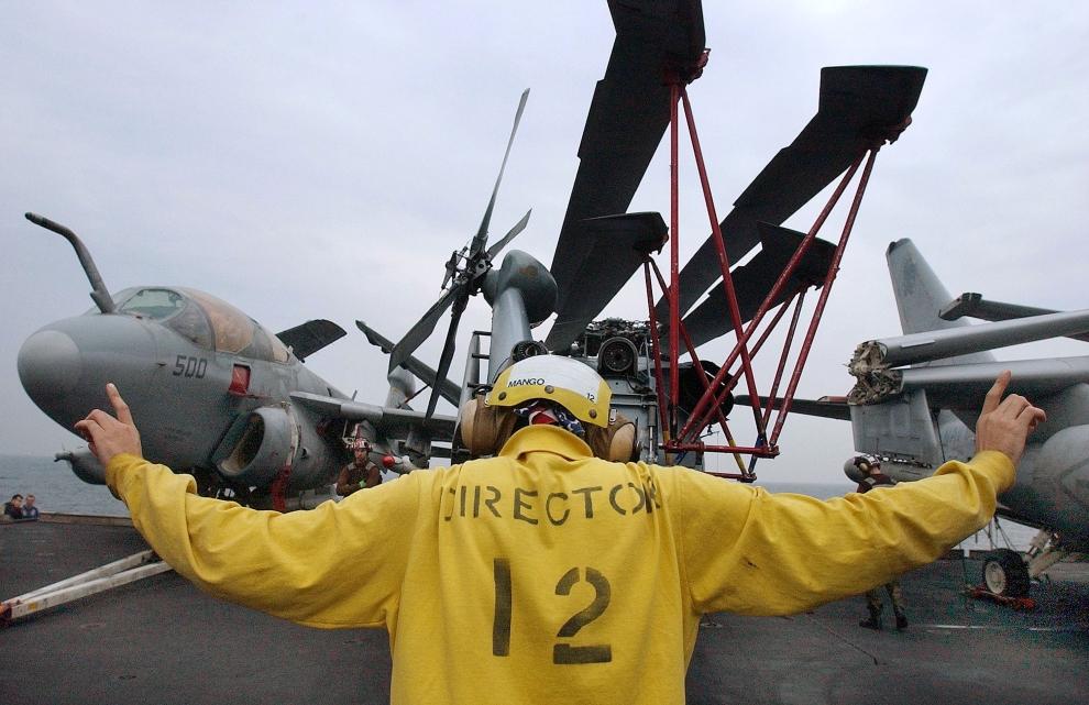 1. LOTNISKOWIEC USS CONSTELLATION: Członek załogi USS CONSTELLATION kieruje ruchem   samolotów na pokładzie lotniskowca. Samoloty te patrolują obszar Zatoki Perskiej. (Foto: Scott Nelson/Getty Images)