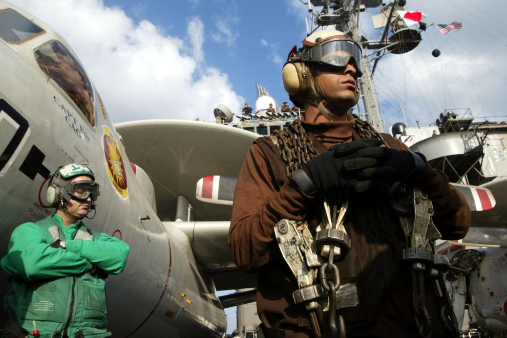 17. LOTNISKOWIEC USS CONSTELLATION, ZATOKA PERSKA: Przerwa między startem kolejnych maszyn z pokładu USS Constellation na wodach Zatoki Perskiej. (Foto: Joe Raedle/Getty Images)