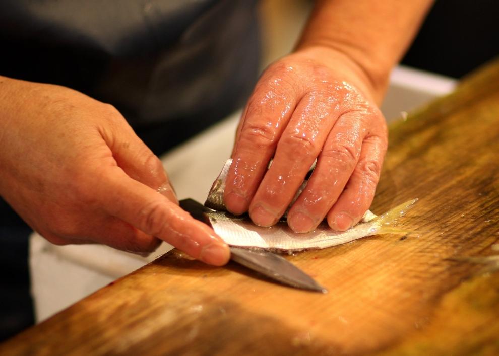 16. TOKIO - TARG RYBNY TSUKIJI: Czyszczenie ryby przed wystawieniem jej na sprzedaż. (Foto: Chris Jackson/Getty Images)