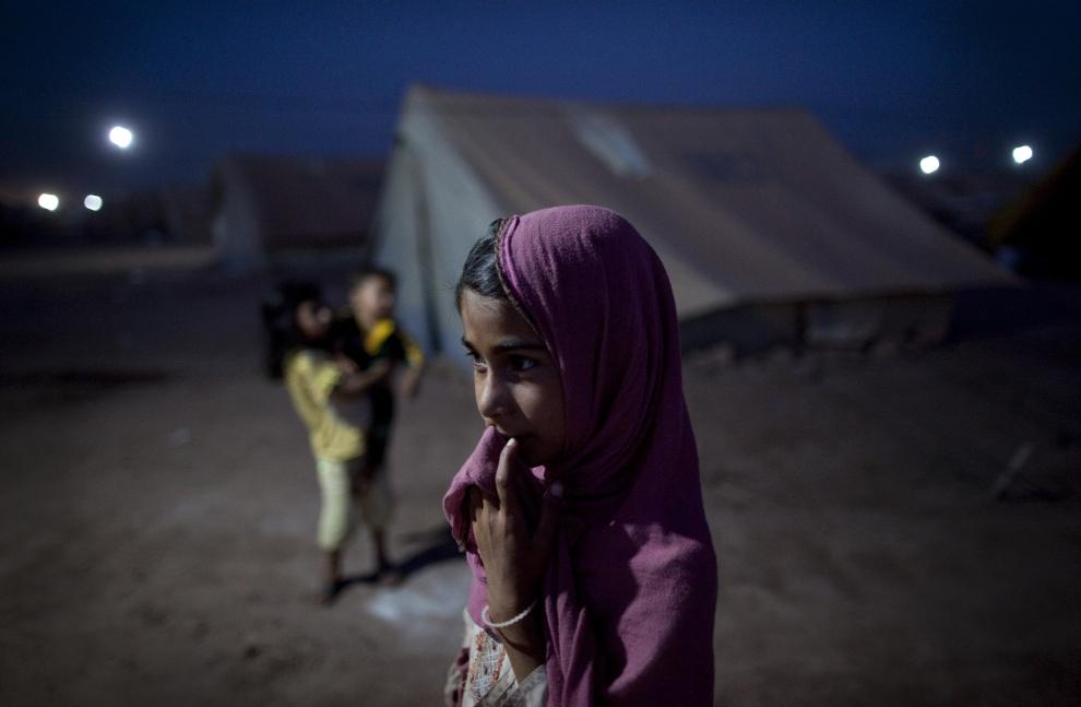 17. PAKISTAN, JALOZAI: Dziewczynka stoi przed jednym z namiotów, w których łącznie znalazły schronienie dziesiątki tysięcy uchodźców. (Foto: Paula   Bronstein/Getty Images)