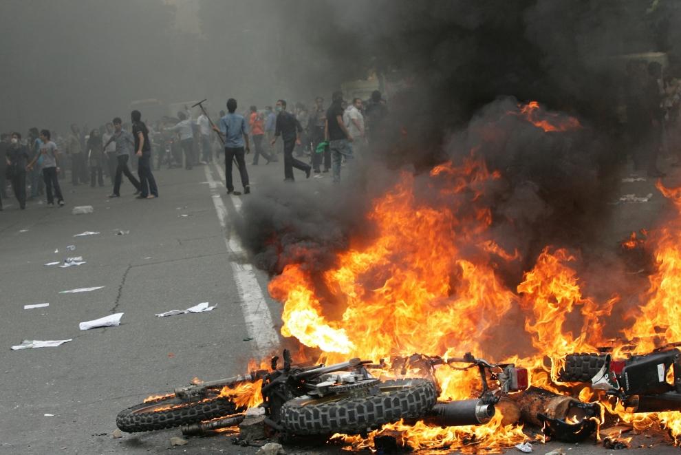 18. IRAN, Teheran, 13 czerwca 2009: Płonący motocykl policyjny. AFP PHOTO/BEHROUZ MEHRI
