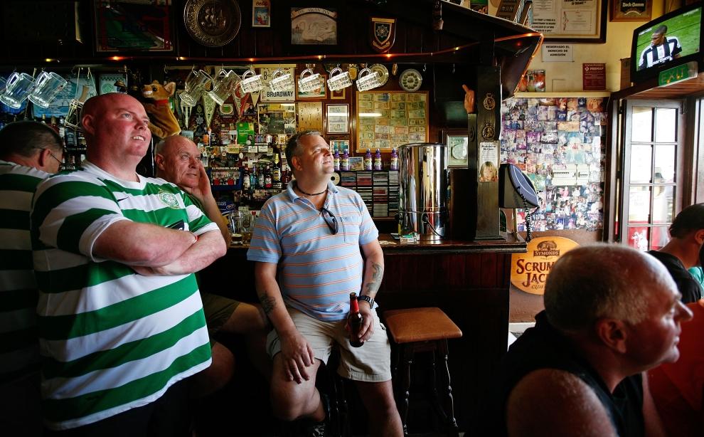 19. MALGRAT DE MAR, HISZPANIA - SIERPIEŃ: Turyści oglądają mecz Celtic'u z Dundee United. (Foto: Cate Gillon/Getty Images)