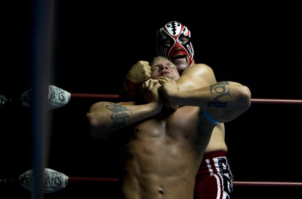 18. PUEBLO, MEKSYK: Duszenie rywala podczas występów na niewielkim pokazie w Pueblo. (Foto: Paula Bronstein/Getty Images)