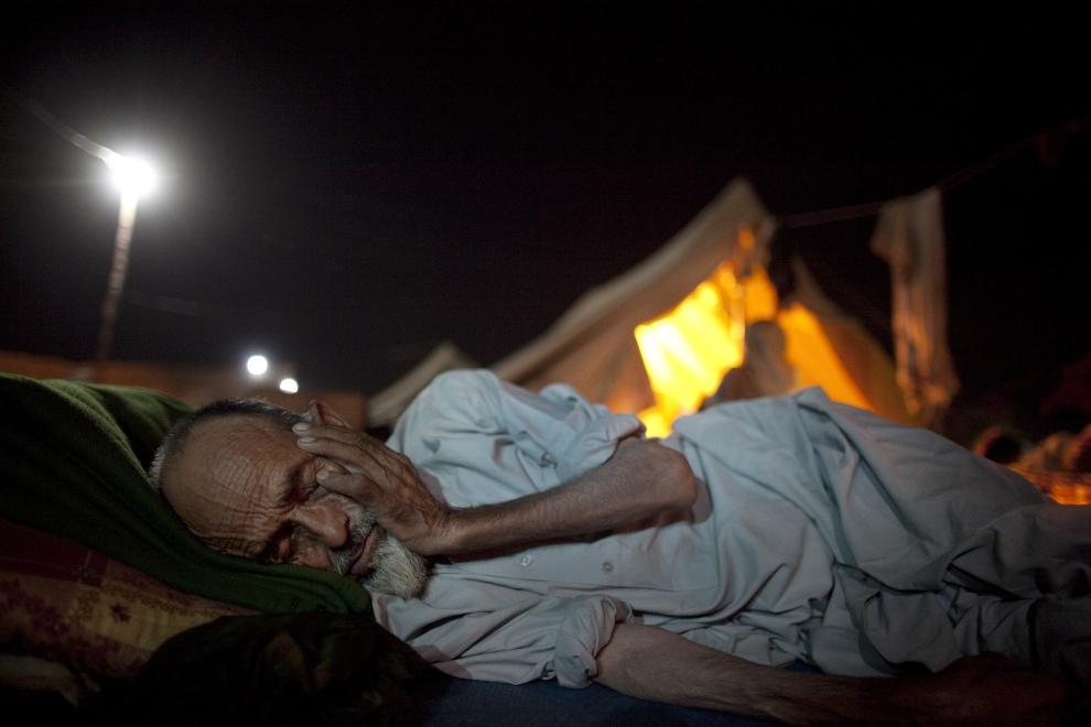 18. PAKISTAN, SWABI: Starszy mężczyzna śpi przed swoim namiotem w obozie dla uchodźców w Yar Hussain. (Foto: Paula Bronstein /Getty Images)