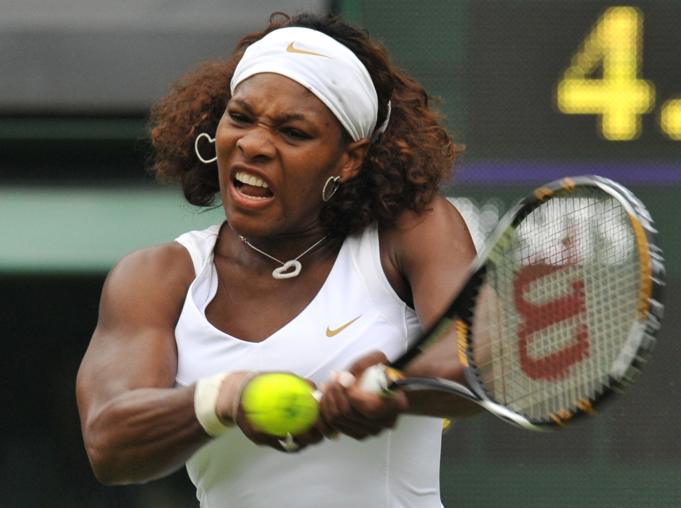 18 LONDYN, WIMBLEDON, ANGLIA: Serena Williams (USA) odbiera zagranie Neuzy Silva (Portugalia). AFP PHOTO / CARL DE SOUZA