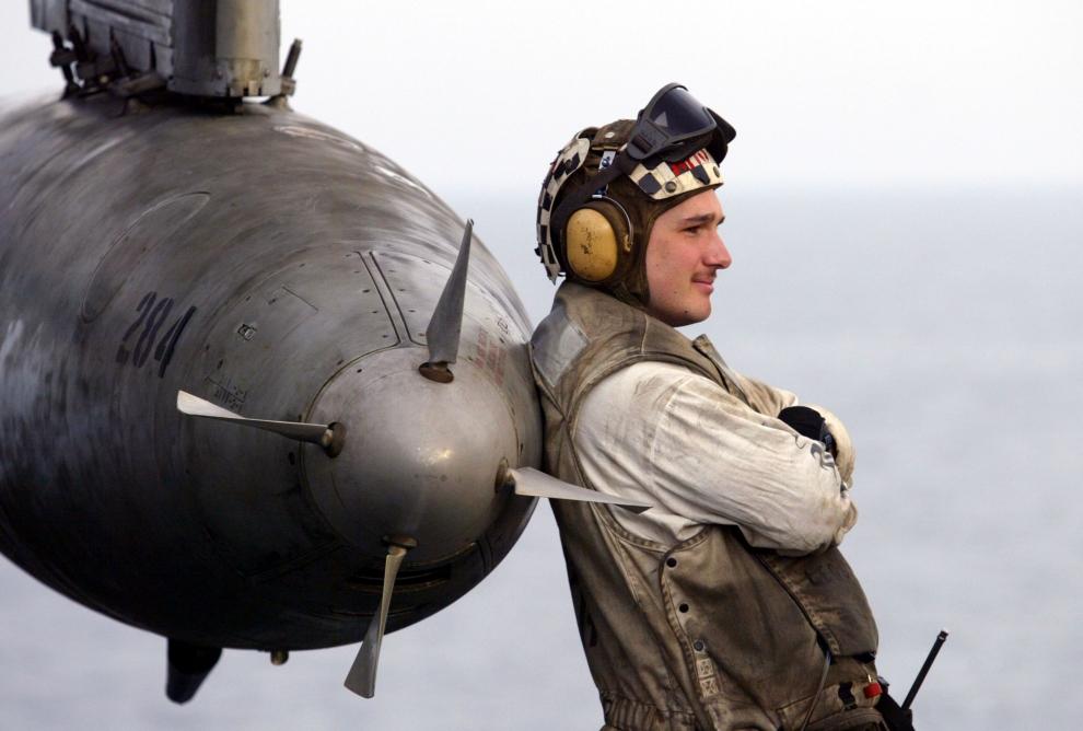 18. LOTNISKOWIEC USS CONSTELLATION: Członek załogi U.S.S. Constellation opierający się o zbiornik paliwa samolotu S-3B Viking. (Foto: Justin Sullivan/Getty Images)