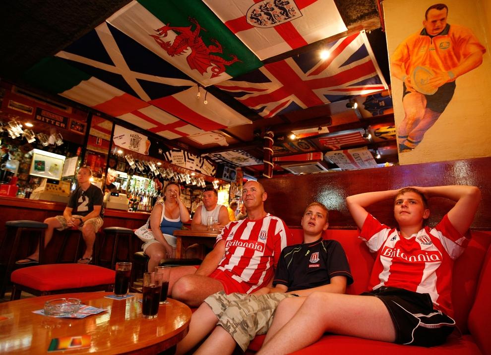 20. CALELLA , HISZPANIA - SIERPIEŃ: Państwo Biddulph ze Stoke w Anglii oglądają mecz ligowy. (Foto: Cate Gillon/Getty Images)