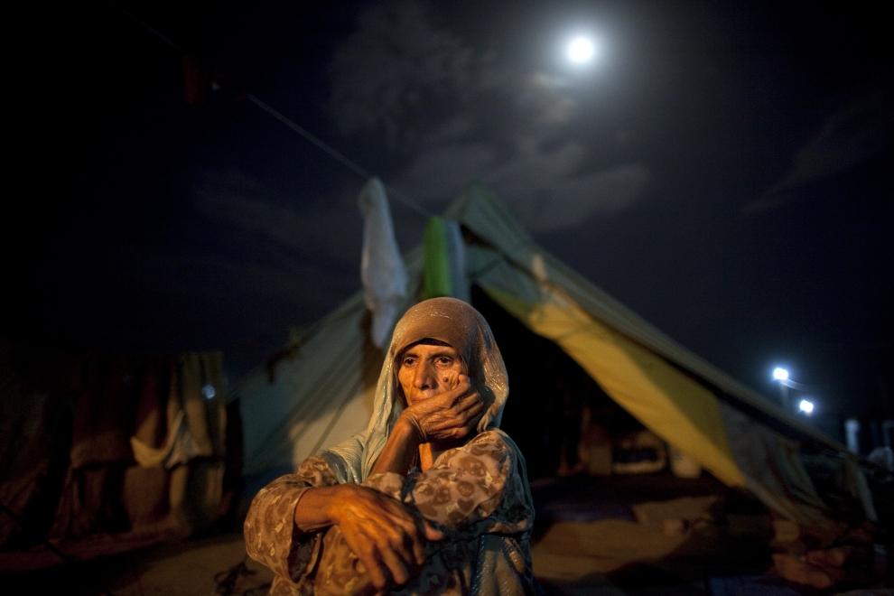 19. PAKISTAN, SWABI: Siedemdziesięcioletnia Mumtaha siedzi przed swoim namiotem. W Yar Hussain przebywa od 20 dni. (Foto: Paula Bronstein /Getty Images)