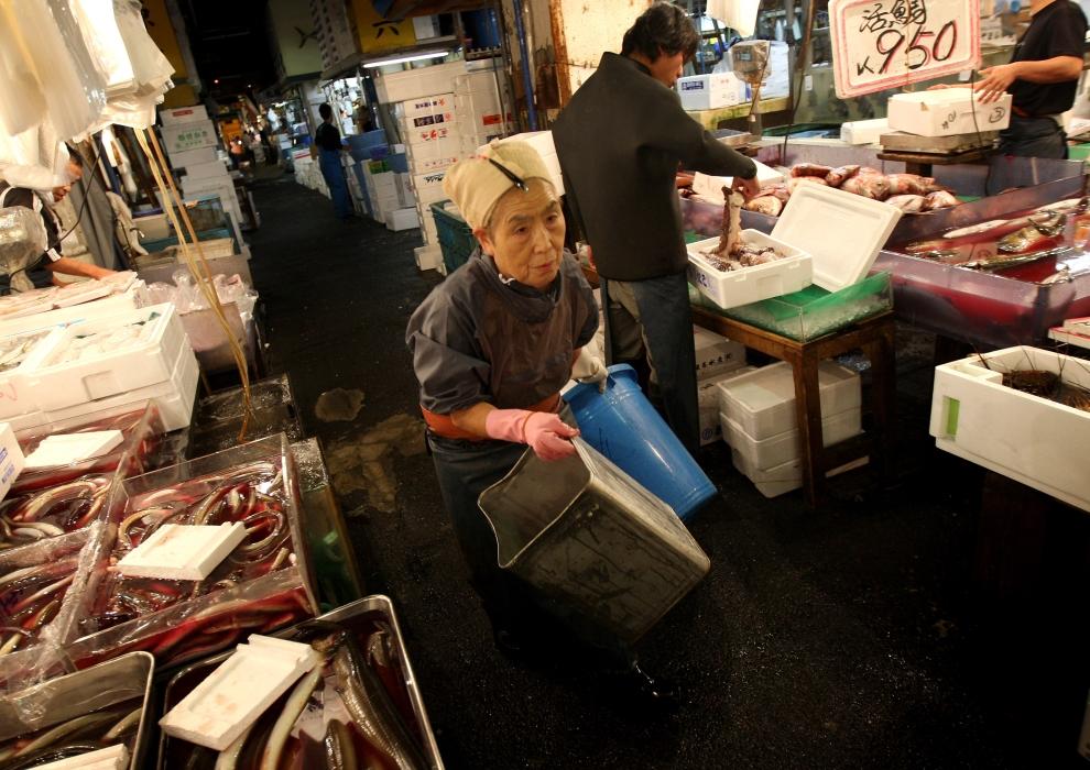 18. TOKIO - TARG RYBNY TSUKIJI: Pracownicy uwijają się między straganami. (Foto: Chris Jackson/Getty Images)