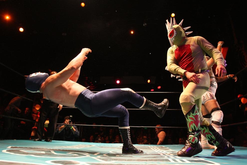 19. LOS ANGELES, USA: Luchadores występujący w trakcie show będącego połączeniem zapasów i burleski. (Foto: David McNew/Getty Images)