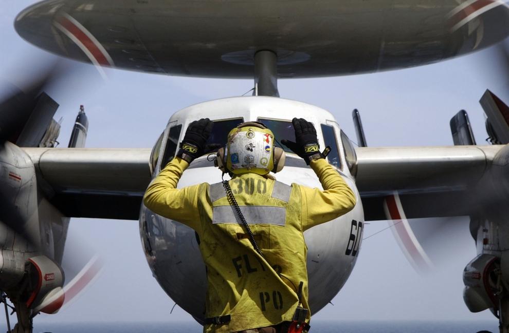20. LOTNISKOWIEC USS JOHN C. STENNIS: Naprowadzanie samolotu wczesnego ostrzegania E-2C Hawkeye na pas startowy lotniskowca USS John C. Stennis. (Foto: Jayme   Pastoric/U.S. Navy/Getty Images)