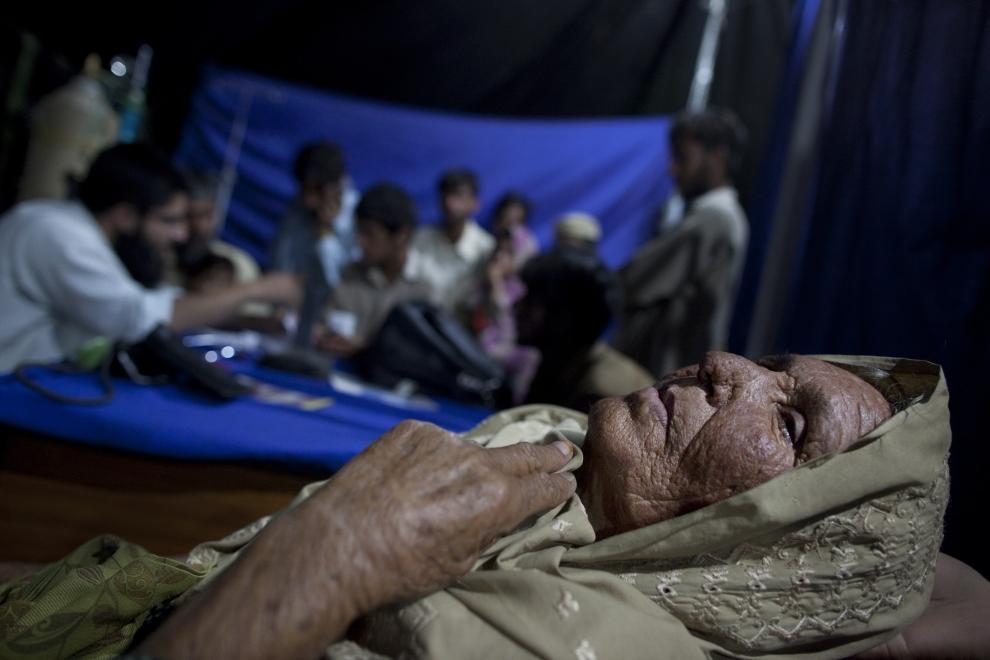 20. PAKISTAN, SWABI: Gulmar Janna, jako jedna z wielu, oczekuje na przyjęcie przez lekarza. (Foto: Paula Bronstein/Getty Images)