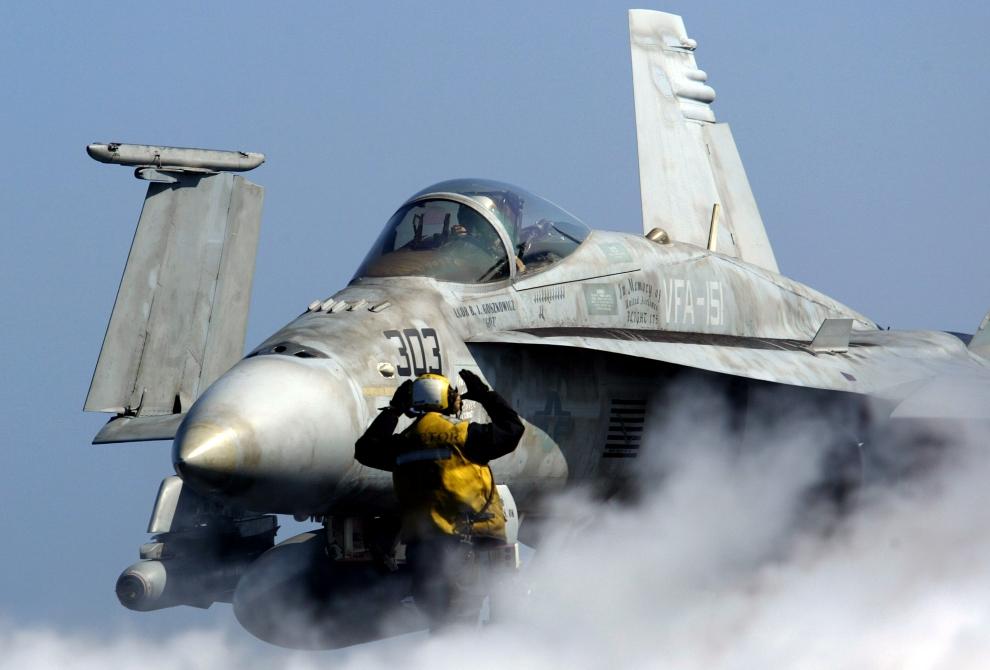21. LOTNISKOWIEC USS CONSTELLATION: Myśliwsko-szturmowy F/A-18 Hornet przygotowuje się do startu z pokładu USS Constellation. (Foto: Justin Sullivan/Getty Images)