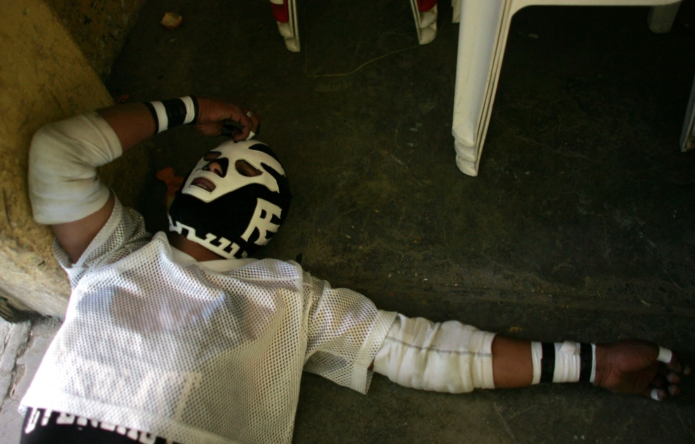 20. EL ALTO, BOLIWIA: Luchador odpoczywa leżąc na ziemi po męczącej walce. (Foto: Spencer Platt/Getty Images)