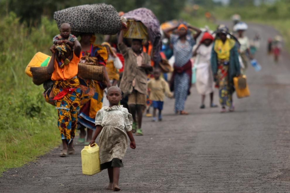 21. DEMOKRATYCZNA REPUBLIKA KONGA, KIBUMBA: Uchodźcy z okolic Kibumba w Kongo przenoszą swój dobytek. Zmusiły ich do tego ruchy oddziałów dowodzonych przez generała Laurent'a Nkunda. (Foto: Uriel Sinai/Getty Images)