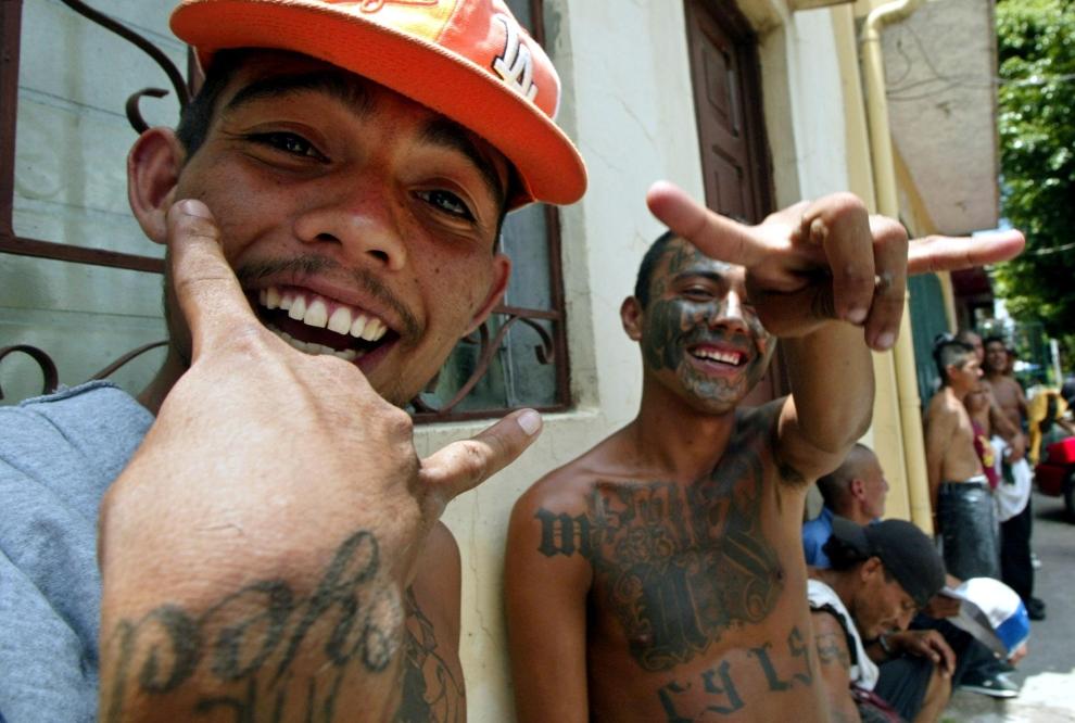 2. SALWADOR: Członkowie gangu prezentują znaki rozpoznawcze swojej grupy. AFP PHOTO/Marlon GOMEZ