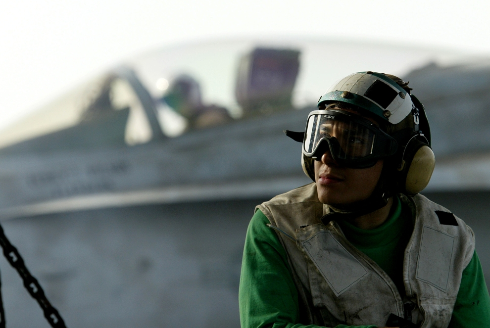 2. LOTNISKOWIEC USS CONSTELLATION, ZATOKA PERSKA: Członek załogi  USS CONSTELLATION,   odpowiedzialny za stan pokładu, odpoczywa pomiędzy startem kolejnych samolotów. (Foto: Justin Sullivan/Getty Images)