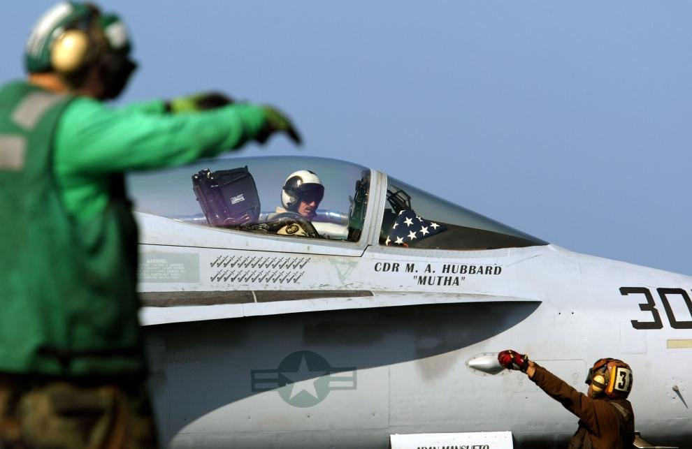 22. LOTNISKOWIEC USS CONSTELLATION: Komunikacja pomiędzy obsługą pokładu startowego a pilotem myśliwca szturmowego F/A-18. (Foto: Justin Sullivan/Getty Images)