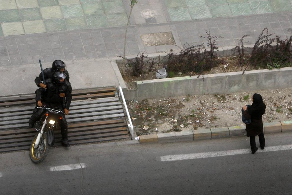 23. IRAN, Teheran, 14 czerwca 2009: Policja rozprasza demonstrujących wokół Uniwersytetu w Teheranie zwolenników Mir Hossein Mousawiego.  AFP PHOTO/STR