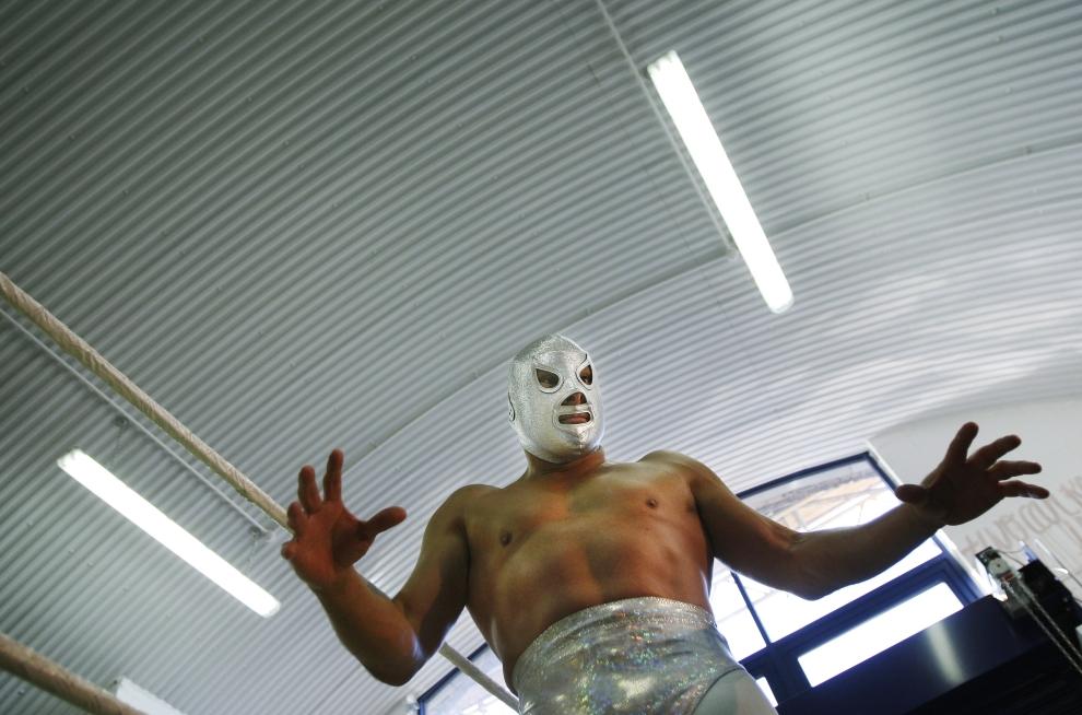 22. LONDYN, ANGLIA: Luchador, El Hijo del Santo (hiszp. Syn Świętego), ma opinię największego wśród luchadores. AFP PHOTO / Adrian Dennis