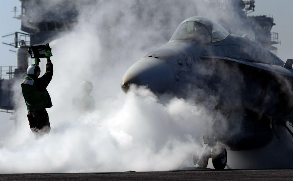 23. LOTNISKOWIEC USS CONSTELLATION: Myśliwsko-szturmowy F/A-18 gotowy do startu. (Foto: Justin Sullivan/Getty Images)