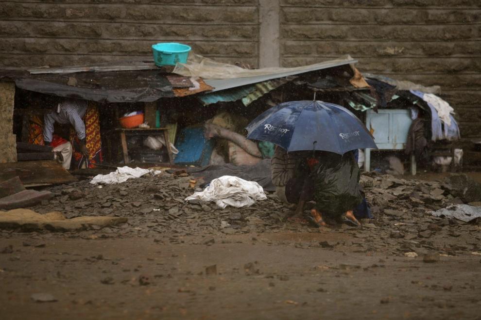 23. KENYA, NAIROBI: Uchodźcy w slumsach bazy lotniczej w mieście Mathare usiłują schronić się przed deszczem. (Foto: Uriel Sinai/Getty Images